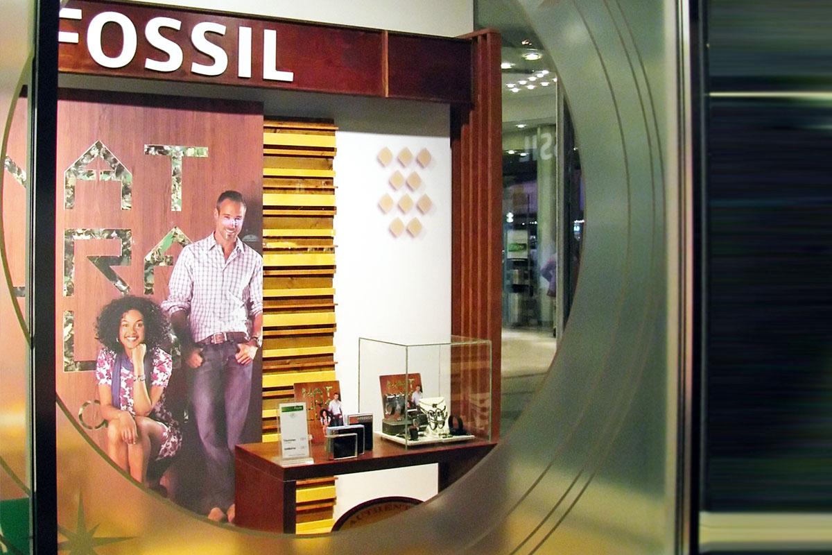 Bezaubernd Schaufensterdekoration Beispiele Foto Von Schaufenster-deko Für Fossil Mit Milchglas-abklebung Der Fenster